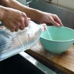 汲んできた海水を豆乳に加えます。