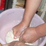 小麦粉とイースト、湯を15分ほど捏ねます。