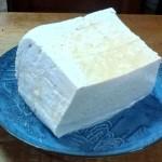 大きく黒島豆腐を作り、切り分けていきます。